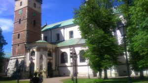 Bazylika w Miechowie, przed wejściem