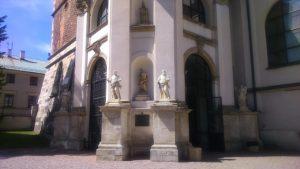 przed wejsciem do Bazyliki w Miechowie